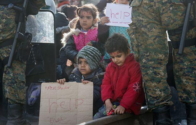 Najwięcej dzieci chce się dostać do Europy m.in. przez Grecję (na zdj. dzieci na granicy grecko-macedońskiej)
