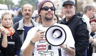 Celebryci przykuli się łańcuchami na placu Zamkowym