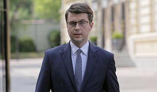 """Rzecznik rządu Piotr Mueller ujawnił, że Zbigniew Ziobro podjął decyzję ws. kolejnego bohatera afery z """"farmą trolli"""" w resorcie sprawiedliwości"""