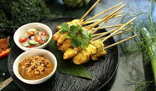 Sataye to szaszłyki, które podaje się z sosem