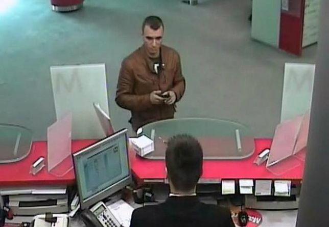 Wielkopolska policja publikuje zdjęcie oszusta, który kradnie pieniądze z przekazów pieniężnych