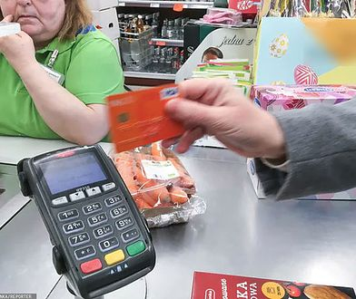 Kim jest chytra seniorka z Krakowa. 771 razy zapłaciła cudzą kartą w sklepie