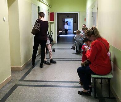 Dzieci czekają w długich kolejkach na wizytę do specjalisty