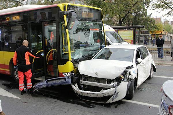 Autobus staranował dziewięć aut we Wrocławiu