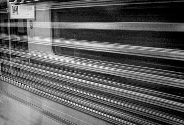 """Z wagonów metra zniknęły reklamy. """"Zmiana operatora"""""""