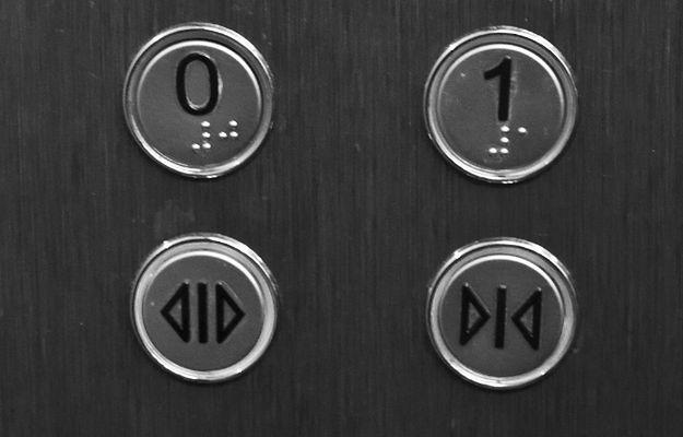 Przycisk zamykania drzwi w windach to oszustwo