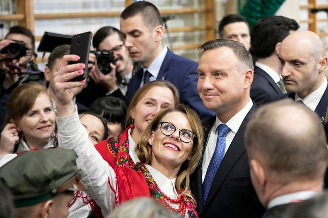 Nowy sondaż. Prezydent RP Andrzej Duda podczas spotkania z mieszkańcami miasta w Lubartowie.