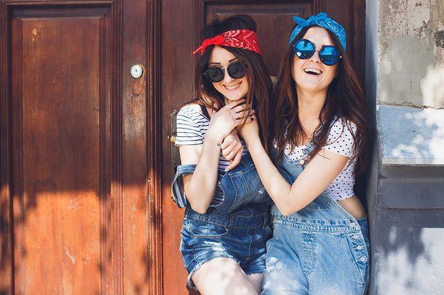 Jeansowe ogrodniczki – lato w pełni