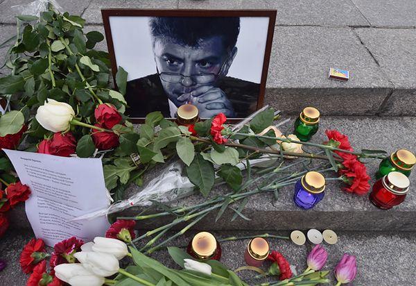 Zabójstwo Borysa Niemcowa. Zniknęły znicze i kwiaty, opozycja oburzona
