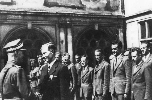 Gen. W. Sikorski w ośrodku szkoleniowym cichociemnych w sierpniu 1942 r. Wtedy było to jeszcze całkowicie męskie grono