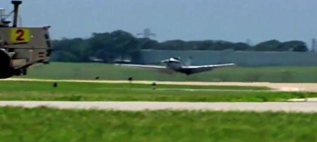 """USA - pilot posadził samolot """"na brzuchu"""""""