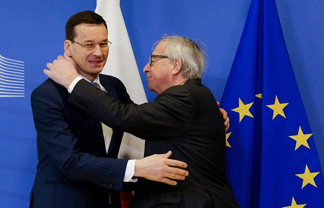 Morawiecki z Junckerem się ściskają, ale Polska dalej jest w UE na cenzurowanym