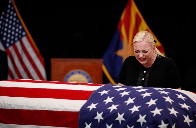 Emocji nad trumną ojca nie kryła córka - Meghan McCain