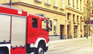 W centrum Warszawy wiatr przewrócił znak drogowy. Poszkodowana kobieta