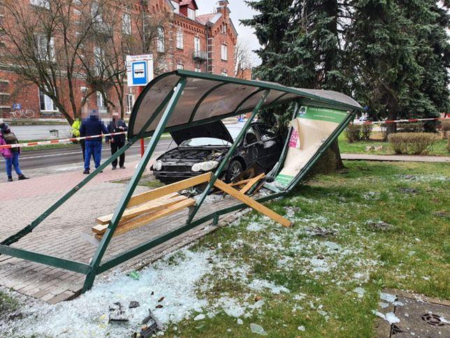 Warszawa. Pijany staranował przystanek autobusowy. Wszystko transmitował w internecie