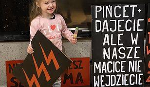 Lili, córka Natalii i Marcina chodzi z rodzicami na marsze
