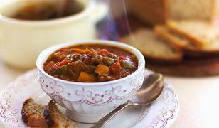 Gulasz węgierski to świetny pomysł na obiad. Syci na długo i wyśmienicie smakuje.