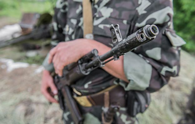 Ukraina: Masowe odejścia z armii, brakuje broni palnej