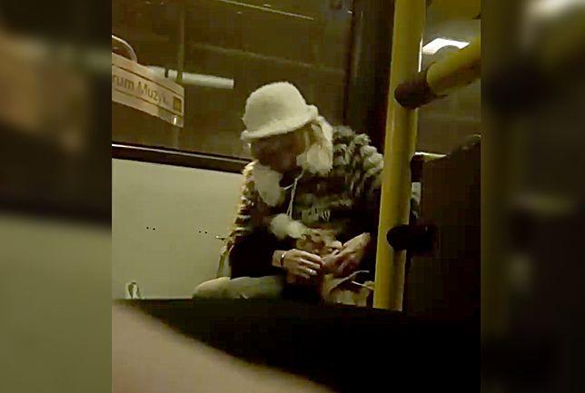 """Pani szarpie  się z psem we wrocławskim tramwaju. """"Czy zwierzę to zabawka?"""""""