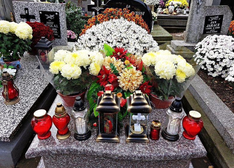 Wszystkich Świętych. Po prostu geniusz! Na cmentarz nie wejdzie, ale znicze i kwiaty dostarczy