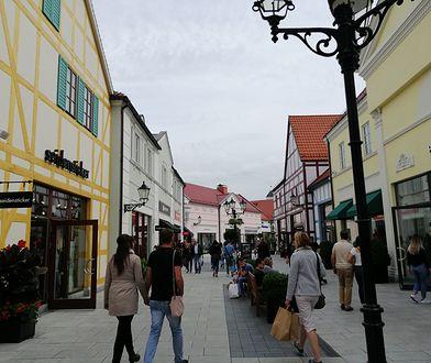 """Outletowe """"miasteczko"""" odwiedzają tłumy Polaków."""