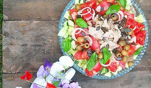 Pomidorowa sałatka panzanella z tuńczykiem. Pyszne połączenie ryby i warzyw