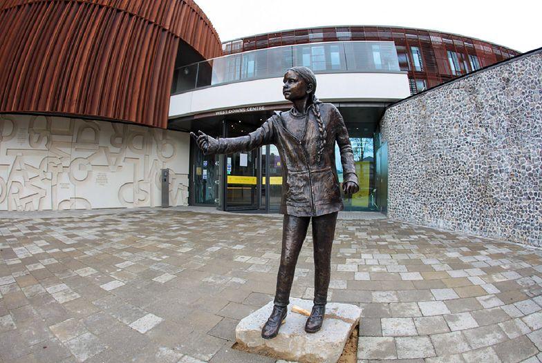 Przed uniwersytetem stanął pomnik Grety Thunberg. Studenci chcą go usunąć
