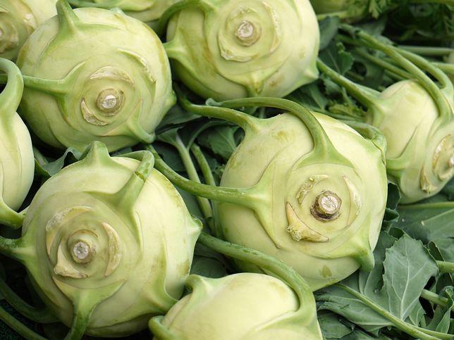 Kalarepa to odmiana kapusty warzywnej. Kiedyś jadło się jej znacznie więcej, dzisiaj mało osób chrupie ją w ramach przekąski. Przepisy z kalarepą