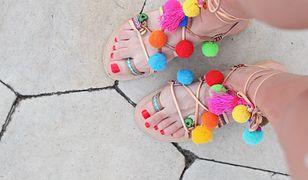 Rzemyki i kolorowe pompony to prawdziwa ozdoba letnich sandałów