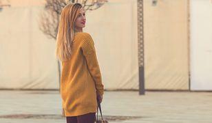 Ciepły sweter z powodzeniem zastąpi jesienny płaszcz