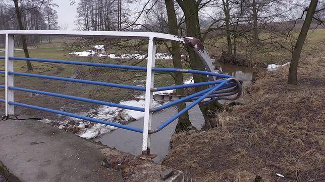 Kierowca przebił barierkę na moście