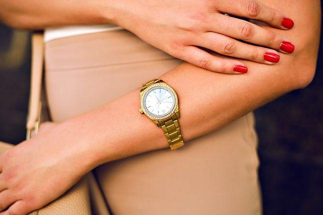 Damskie zegarki w kolorze złota to efektowny dodatek