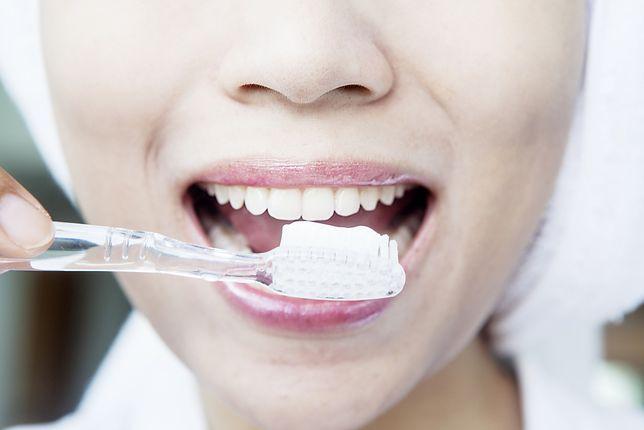 Jak wybielić zęby w domu? Popularne metody