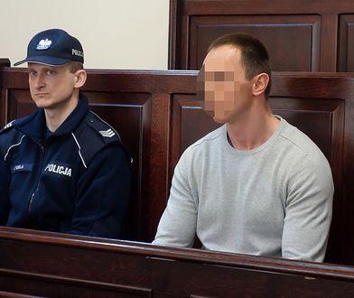 Oskarżony Bartosz N. na sali rozpraw - wcześniej ukrywał się przez pół roku