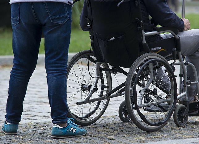Czy niepełnosprawni i ich opiekunowie mogą liczyć na szczepienie poza kolejką?