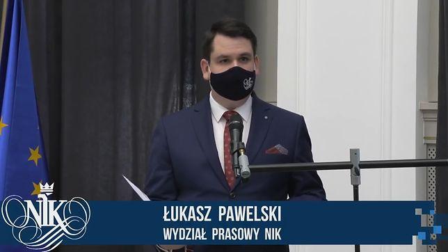 Łukasz Pawelski podczas konferencji w Najwyższej Izbie Kontroli