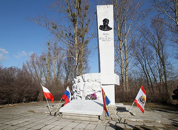 Zdewastowano pomnik gen. Iwana Czerniachowskiego w Pieniężnie