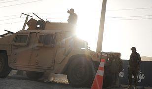 Konwój żołnierzy afgańskich jedzie w kierunku Ghazni
