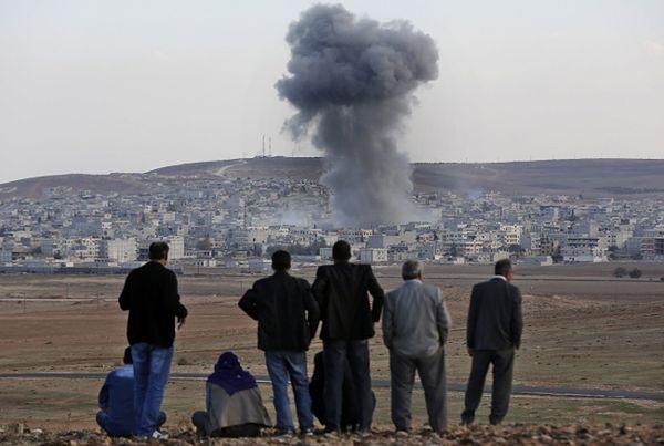 Ostrzał syryjskiego miasta Kobane widoczny z tureckiej strony granicy
