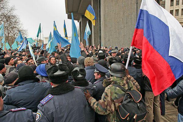 Przepychanki przed budynkiem parlamentu na Krymie