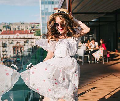 Biała sukienka powinna się znaleźć w urlopowej walizce