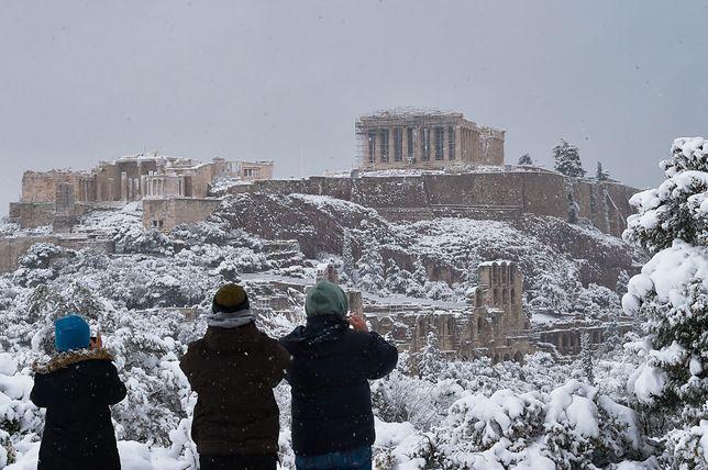 Akropol pokryty jest śniegiem
