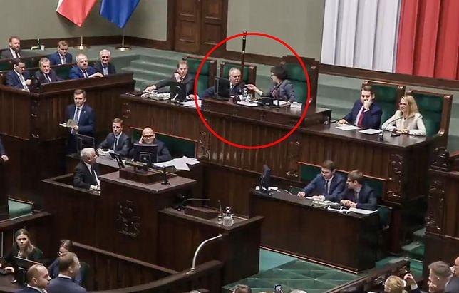 Trzeba to anulować, bo przegramy - pada w stronę marszałek Sejmu. Wtedy pracownik kancelarii zwraca jej uwagę, że nie można ot tak anulować głosowania.