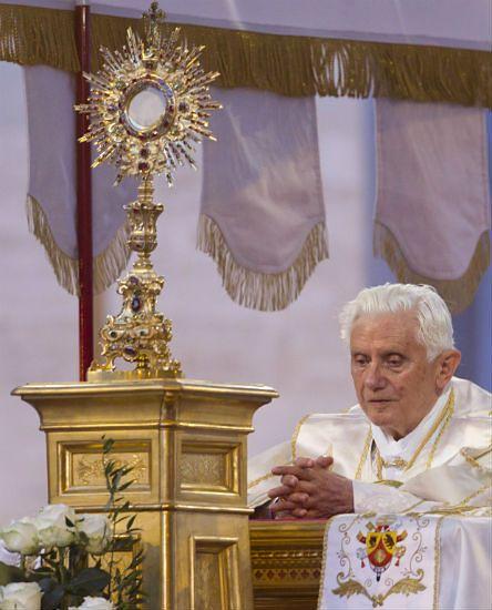 60 godzin modlitwy - prezent księży dla papieża