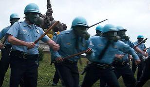 """Szturm policji na protestujących w kulminacyjnej scenie filmu """"Proces Siódemki z Chicago"""""""