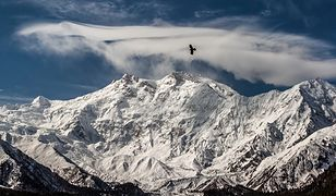 """Nanga Parbat w języku urdu """"naga góra"""" - ta nazwa trafnie oddaje charakter wierzchołka, który wznosi się w pełnej okazałości  nad równinami."""