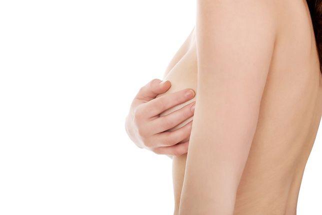 Rosnące na klatce piersiowej owłosienie to wstydliwy problem