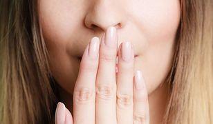 usta i dłoń