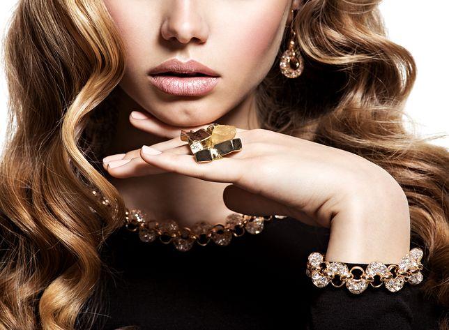 Duża biżuteria potrafi odmienić charakter stylizacji