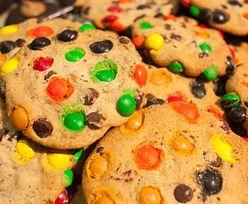 Przepis na ciastka z M&M'sami. Pomysł na słodką przekąskę w 30 minut